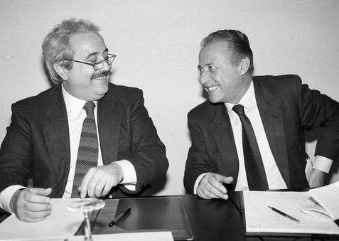 Giovanni Falcone e Paolo Borsellino il 27 marzo 1992 al palazzo Trinacria di Palermo. Autore Tony Gentile. Fonte https://it.wikipedia.org